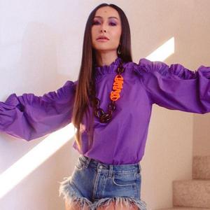 Poderosa: Sabrina usa blusa roxa e shorts jeans de R$ 5,8 mil