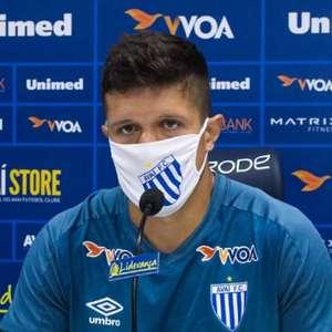 Indicado por Rodrigo Santana, Salinas é apresentado no Avaí