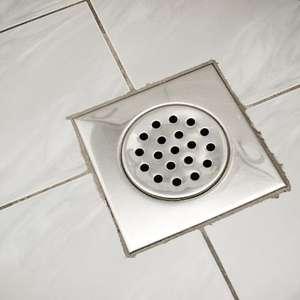 Aprenda como limpar o ralo do banheiro e evite mau cheiro