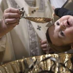 Batismo com fórmulas modificadas não é válido, diz Vaticano