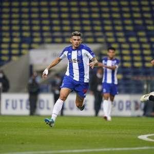Artilheiro do Porto na temporada com 19 gols, Tiquinho ...