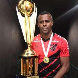Carlos Eduardo celebra primeiro título com a camisa do ...