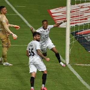 Autor de primeiro gol do Athletico no Brasileiro, promessa celebra vitória