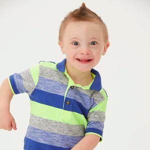 Modelo de 5 anos com Down derrete corações com seu sorriso