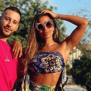 Anitta veste Dolce & Gabbana da cabeça aos pés na Itália