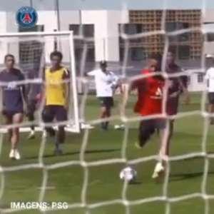 Em treino do PSG, Brasileiro interage com Neymar e ouve: ...