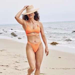 Halle Berry arrasa em biquíni laranja, 18 anos após 007 ...