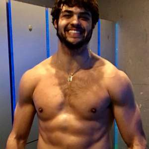 Noah Centineo posa sem camisa para mostrar os músculos ...