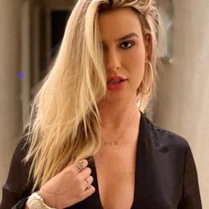 """""""Vício"""": Keulla usa look preto com bolsa """"zebrada"""" de R$ 16 mil"""