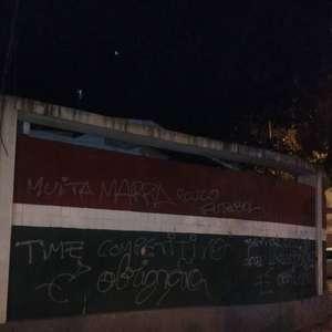 Muro das Laranjeiras é pichado após mais uma partida sem vitória do Fluminense