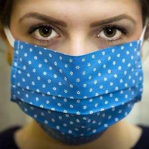 Máscaras de proteção podem causar acne em adultos e crianças