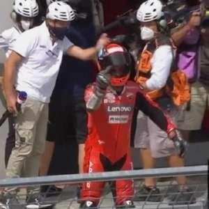 Piloto Italiano da Moto GP discute com adversário e faz ...