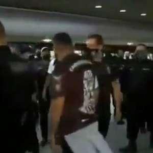 Jogadores do Corinthians enfrentam protesto no aeroporto