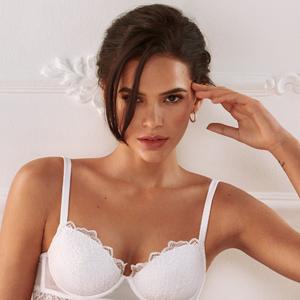 Bruna Marquezine posa sensual com lingerie para noivas