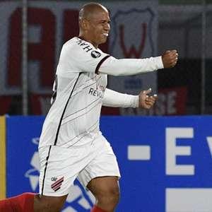 Decisivo, Walter vibra com gol da vitória do Athletico