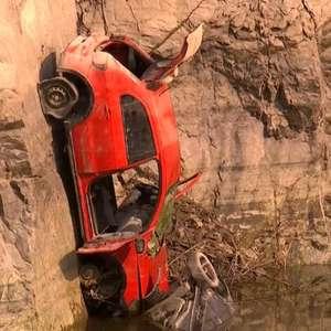 Carros aparecem após água baixar em pedreira em SP