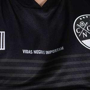 Para corrigir atos racistas, Náutico lança camisa preta
