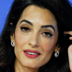 """Amal Clooney deixa de ser embaixadora britânica por violação """"lamentável"""" de tratado com UE"""