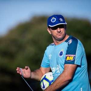 Após 'cobrança' pública, Cruzeiro procura Ceni para acordo