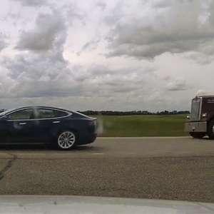 Motorista dormindo em Tesla a 140 km/h é multado no Canadá