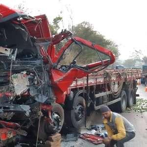 Acidente entre caminhão e van deixa 13 mortos em Minas