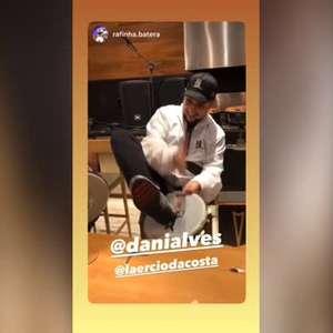 SÃO PAULO: Dani Alves posta vídeo tocando instrumento e causa polêmica com torcedores