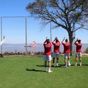 Torcedores do Inter usam embarcação para apoiar elenco no treino