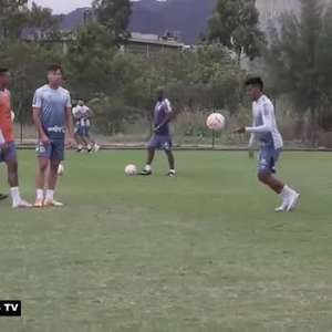 SANTOS: Cuca vira goleiro, veste as luvas e fecha gol durante treino
