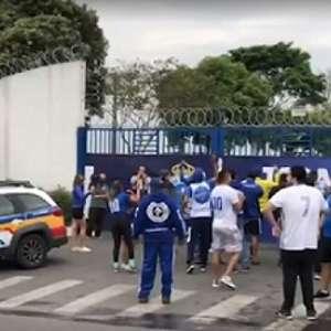 Torcedores de organizadas do Cruzeiro tentam invadir CT