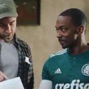 Ator do filme 'Os Vingadores' aparece com a camisa do Palmeiras durante filmagens