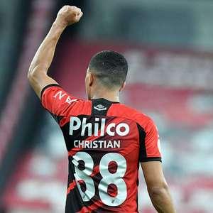 Santos defende pênalti e Athletico-PR vence o Bahia em Curitiba