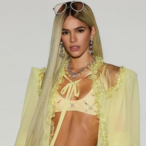 Biquíni, cinta-liga, couture: reveja 12 looks matadores de Bruna