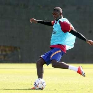 Demebélé chega atrasado ao treinamento do Barcelona