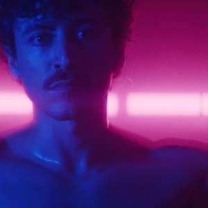 Jesuíta Barbosa é protagonista do clipe do produtor L_cio