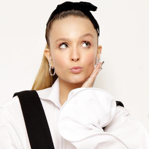 Larissa canta sucesso de Ariana Grande e usa 3 looks no MPN