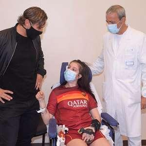 Totti visita garota que acordou do coma após mensagem dele