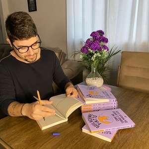 Escritor best-seller revela história de vida para tratar ...