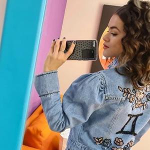 Maisa veste look todo jeans com referência à astrologia