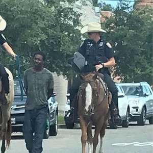 Homem negro amarrado por policiais nos EUA pede indenização de R$ 5,5 milhões