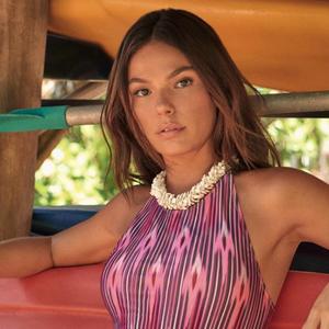 Isis Valverde exibe ar sexy com maiô engana-mamãe de R$ 328