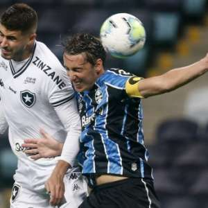 Comentarista diz que primeiro gol do Grêmio sobre o Botafogo foi irregular