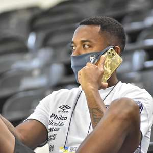 Pressionado, Santos suspende contratação de Robinho