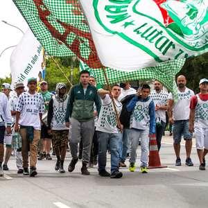 Torcida organizada do Palmeiras faz protesto em frente ao CT