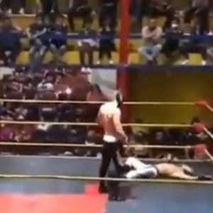 Mexicano leva golpes no peito e morre em duelo de luta livre; assista