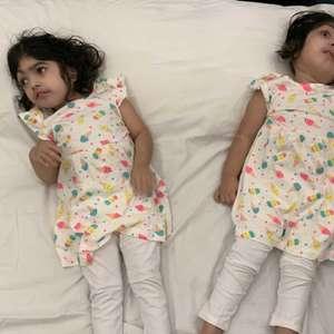 A volta para casa de gêmeas siamesas após mais de 50h de ...