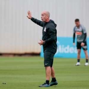 Com Fábio Santos e novo preparador físico, Corinthians volta aos treinos