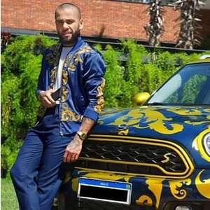Daniel Alves coloca carro de luxo estilizado à venda