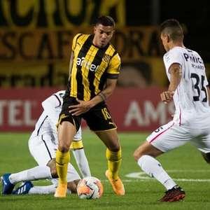 Em jogo de duas viradas, Peñarol ganha do Athletico-PR