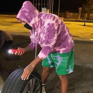 Gente como a gente! Lewis Hamilton troca pneu furado de ...