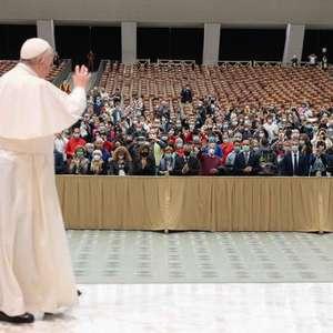 Papa elogia mãe que estava amamentando durante celebração